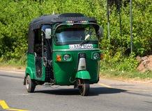 MIRISSA,斯里兰卡- 2017年1月07日:Tuk-tuk在的moto出租汽车 图库摄影