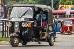 MIRISSA,斯里兰卡- 2017年1月01日:Tuk-tuk在的moto出租汽车 免版税图库摄影
