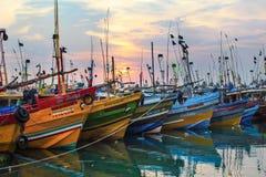 Mirissa, Sri Lanka - 14. April 2017: Bunte Boote in Mirissa p lizenzfreie stockfotos