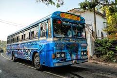 MIRISSA, SRI LANKA - 11 de janeiro de 2017: Ônibus público regular barras-ônibus Fotos de Stock Royalty Free