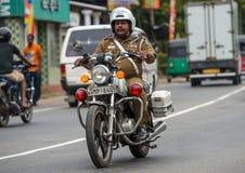 MIRISSA SRI LANKA - Januari 01, 2017: Poliser som rider en motor Arkivbilder
