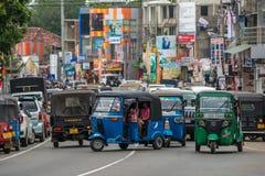 MIRISSA SRI LANKA - Januari 01, 2017: Tuk-tuk mototaxi på Royaltyfria Foton