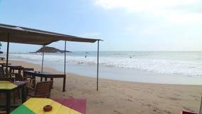 MIRISSA, SRI LANKA - MÄRZ 2014: Ansicht der Strandbar, die oben durch Wellen in der steigenden Flut gewaschen wird Der Strand erf stock footage