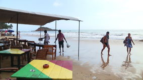 MIRISSA, SRI LANKA - MÄRZ 2014: Ansicht der Strandbar, die oben durch Wellen in der steigenden Flut gewaschen wird Der Strand erf stock video