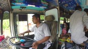 MIRISSA, SRI LANKA - MÄRZ 2014: Ansicht des Bustreibers inner und der Menge im Bus Busse sind die Hauptdurchschnitte des öffentli stock video