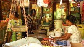MIRISSA, SRI LANKA - MÄRZ 2014: Ansicht des lokalen Shops in Mirissa Diese kleinen Shops leben größtenteils von den Touristen stock video footage