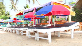 MIRISSA, SRI LANKA - MÄRZ 2014: Ansicht von Sonnenbetten und -sonnenschirmen richtete auf sandigem Strand in Mirissa aus, das grö stock video