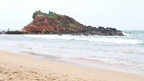 MIRISSA, SRI LANKA - MÄRZ 2014: Ansicht von weniger Insel auf der Bucht von Mirissa Dieser kleine sandige tropische Strand rühmt  stock video footage