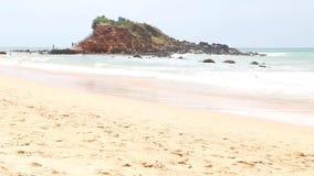 MIRISSA, SRI LANKA - MÄRZ 2014: Ansicht von weniger Insel auf der Bucht von Mirissa Dieser kleine sandige tropische Strand rühmt  stock video