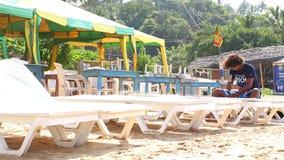 MIRISSA, SRI LANKA - MÄRZ 2014: Bemannen Sie das Vorbereiten von Sonnenbetten für Touristen auf Strand in Mirissa Leben dieses St stock video footage