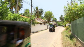 MIRISSA, SRI LANKA - MÄRZ 2014: Die Ansicht einer Straße in Mirissa Diese kleine tropische Stadt rühmt sich etwas von ¿ Sri Lanka stock footage