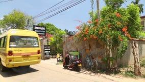 MIRISSA, SRI LANKA - MÄRZ 2014: Die Ansicht einer Straße in Mirissa Diese kleine tropische Stadt rühmt sich etwas von ¿ Sri Lanka stock video