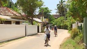 MIRISSA, SRI LANKA - MÄRZ 2014: Die Ansicht einer Straße in Mirissa Diese kleine tropische Stadt rühmt sich etwas von ¿ Sri Lanka stock video footage