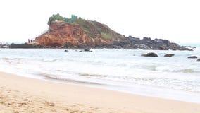 MIRISSA, SRI LANKA - MÄRZ 2014: Die Ansicht eines Strandes in Mirissa Dieser kleine sandige tropische Strand rühmt sich etwas von stock footage