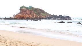 MIRISSA, SRI LANKA - MÄRZ 2014: Die Ansicht eines Strandes in Mirissa Dieser kleine sandige tropische Strand rühmt sich etwas von stock video footage