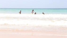 MIRISSA, SRI LANKA - MÄRZ 2014: Die Ansicht von den Jungen eines fünf Einheimischen, die im Ozean in Mirissa genießen Dieser klei stock footage