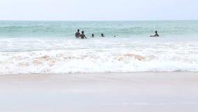 MIRISSA, SRI LANKA - MÄRZ 2014: Die Ansicht von den Jungen eines fünf Einheimischen, die im Ozean in Mirissa genießen Dieser klei stock video