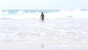 MIRISSA, SRI LANKA - MÄRZ 2014: Die Ansicht von den Jungen eines fünf Einheimischen, die im Ozean in Mirissa genießen Dieser klei stock video footage