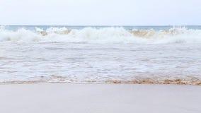 MIRISSA, SRI LANKA - MÄRZ 2014: Die Ansicht von den Jungen eines vier Einheimischen, die im Ozean in Mirissa genießen Dieser klei stock video
