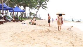 MIRISSA, SRI LANKA - MÄRZ 2014: Familiengebäudesandburg auf Strand in Mirissa Das kleine Dorf lebt größtenteils von den Touristen stock footage