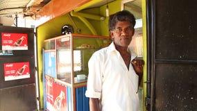 MIRISSA, SRI LANKA - MÄRZ 2014: Porträt des Ladenbesitzers auf den Straßen von Mirissa Diese kleinen Shops leben größtenteils von stock footage