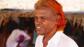 MIRISSA, SRI LANKA - MÄRZ 2014: Porträt des lokalen Verkäufers versuchend, aufpassende Ausflüge des Wals an Touristen zu verkaufe stock video footage