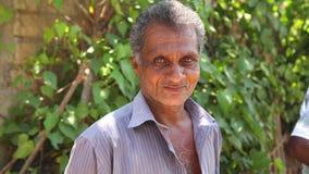 MIRISSA, SRI LANKA - MÄRZ 2014: Porträt eines lokalen Mannes auf der Straße mit Fahrrad in Mirissa Fahrräder sind eine sehr billi stock footage