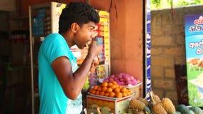 MIRISSA, SRI LANKA - MÄRZ 2014: Porträt von jungem Fleisch fressendem vor Mini-Markts-Ion die Straßen von Mirissa stock video footage
