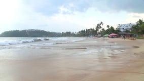 MIRISSA, SRI LANKA - MÄRZ 2014: Stürmisch und wolkiges Wetter auf dem Strand in Mirissa Dieser kleine sandige tropische Strand rü stock video footage