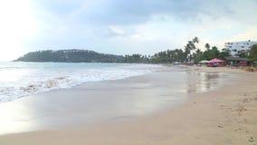 MIRISSA, SRI LANKA - MÄRZ 2014: Stürmisch und wolkiges Wetter auf dem Strand in Mirissa Dieser kleine sandige tropische Strand rü stock video