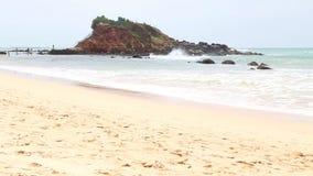 MIRISSA, SRI LANKA - MÄRZ 2014: Timelapse-Ansicht von weniger Insel auf der Bucht von Mirissa Dieser kleine sandige tropische Str stock video