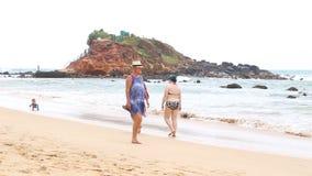 MIRISSA, SRI LANKA - MÄRZ 2014: Touristen, die auf und ab den sandigen Strand von Mirissa gehen Dieser kleine sandige tropische S stock video