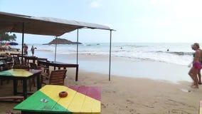MIRISSA, SRI LANKA - MAART 2014: Mening van strandbar die omhoog door golven in de vloed worden gewassen Het strand ervoer Tsunam stock video
