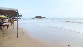 MIRISSA, SRI LANKA - MAART 2014: Mening van strandbar die omhoog door golven in de vloed worden gewassen Het strand ervoer Tsunam stock videobeelden