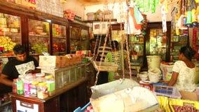 MIRISSA, SRI LANKA - MARZO DE 2014: Vista de la tienda local en Mirissa Estas pequeñas tiendas viven sobre todo de turistas almacen de metraje de vídeo