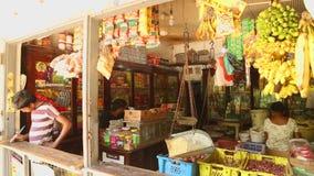 MIRISSA, SRI LANKA - MARZO DE 2014: Vista de la tienda local en Mirissa Estas pequeñas tiendas viven sobre todo de turistas metrajes