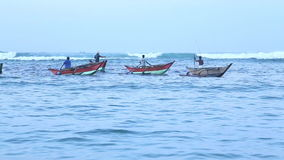 MIRISSA, SRI LANKA - MARZO 2014: Punto di vista dei pescatori locali in loro barche tradizionali in Mirissa Questi pescatori trad stock footage