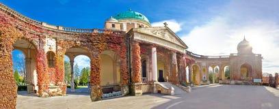 Mirogoj公墓巨大的拱廊全景 免版税库存图片