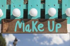 Miroir bleu vert en bois de maquillage avec des lettres dehors Photos stock