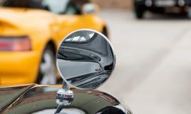 Miroir circulaire sur une voiture images libres de droits