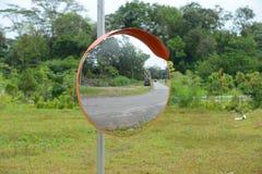 Miroir convexe de sécurité routière image stock