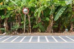Miroir convexe sur la route photo libre de droits
