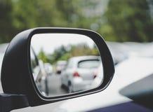 Miroir d'aile avec l'aire de stationnement Photo libre de droits