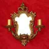 Miroir d'or avec deux chandeliers Image stock