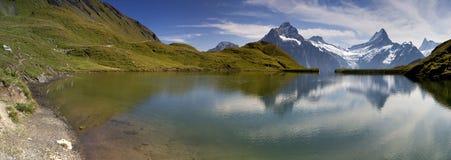 Miroir dans le lac suisse Bachalpsee Images stock
