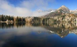 Miroir dans un beau lac dans le haut Tatras Photos stock
