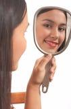 Miroir de fixation de fille Image stock