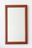 Miroir de mur dans la trame brune en bois Photographie stock libre de droits