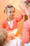 Miroir de nettoyage de la petite fille deux Image libre de droits