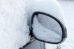 Miroir de véhicule avec la neige Image stock